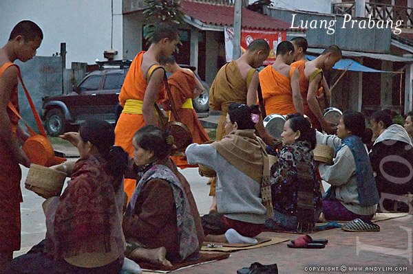 laos_prabang_alms